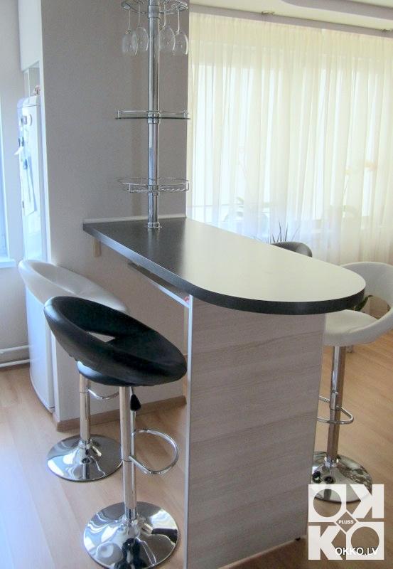 Дизайн кухни где вместо балкона барная стойка или стол.
